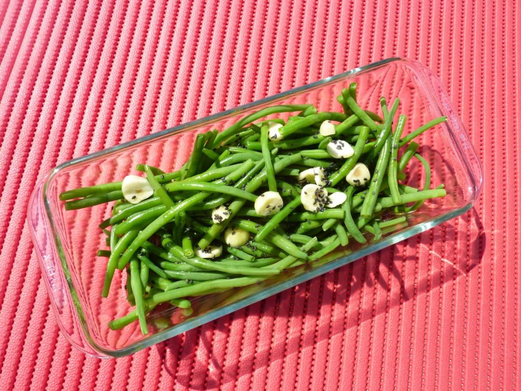 Green beans marinated in garlic