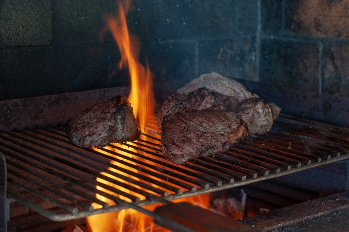 the faqt from the picanha creating flames on the barbecue