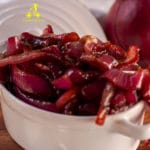 This red onion relish is a soft sweet-sour chutney made by caramelizing the onions with sugar and balsamic vinegar, the perfect complement to Burgers, Barbecued Beef, Roast Beef and even matured cheese like Pecorino, Gruyère or Comte.
