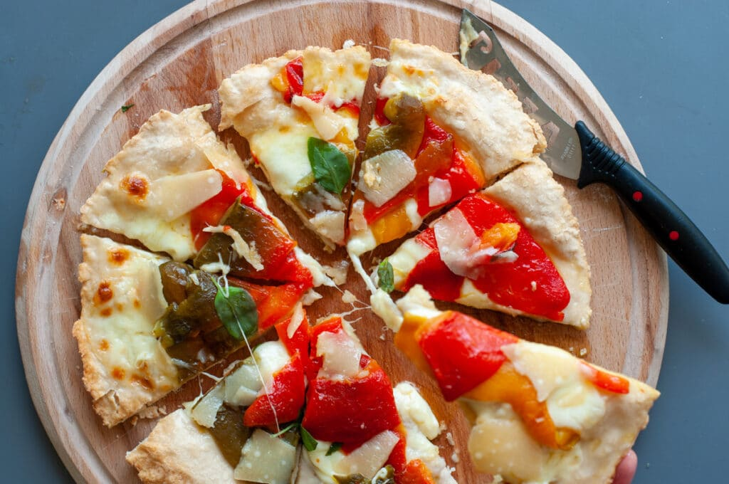 pizza with roasted pepper and parmesan flakes